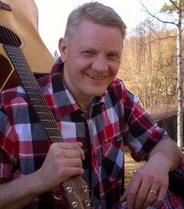 Laitikkalalainen Heikki Rönni tarjoaa asiakkailleen ohjelmapalveluakin. Hän esiintyy mies ja kitara-periaatteella.