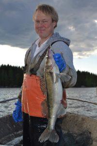 Pyhäjärvellä kalastava Pekka Rintamaa viihtyy hyvin ammatissaan. Hän pitää kaupallisen kalastajan ammattinsa tulevaisuutta valoisana. Mies kannustaa toimeliaita ja pitkäjänteisiä henkilöitä hankkiutumaan ammattikalastajiksi.