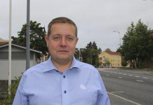 Leomuovin toimitusjohtaja Risto Kalliainen odottaa, että yritys alkaa saada tarvitsemaansa raaka-ainetta Isosta-Britanniasta. Brexitin aikana raaka-ainetta ei ole saapunut Akaaseen grammakaan. (Kuva: Akaan Seudun arkisto)