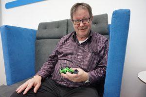Avant Tecno Oy:n perustaja, toimitusjohtaja ja teollisuusneuvos Risto Käkelä kertoo, että brexit teettää olan takaa paperitöitä. Lisäksi tuotteet liikkuvat etanan vauhtia. (Kuva: Matti Pulkkinen)