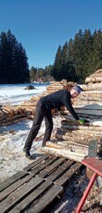 Akaalainen Jani Hevonoja tarkastaa näinä päivinä, missä kunnossa tilan pellot ovat talven jäljiltä.