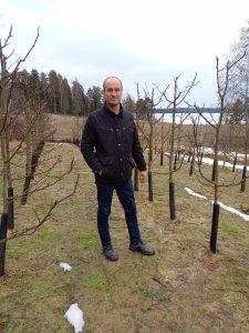 Pälkäneläinen maanviljelijä Ilkka Simola pitää luomutilaa. Hänen mielenkiintonsa on omenatarhan kehittämisessä.