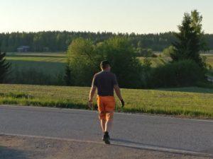 Lempääläinen maanviljelijä Markku Mikkola haluaa virittää vakavan keskustelujen peltojen tulevaisuudesta. Suomessa eletään arkea, jossa maatilojen määrä vähenee rajulla vauhdilla. Hyvät pellot ovat vaarassa. (Kuva: Marja Eskola)