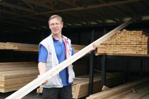 Viialan Rakennustarvike Oy:n kauppias Jussi Rönkkö muistuttaa, että puutavaran korkea hinta ja saatavuuden niukkeminen johtuvat kansainvälisistä markkinoista. Suomalainen, korkeatasoinen puutavara on erittäin haluttua muun muassa USA:ssa. (Kuva: Akaan Seutu)