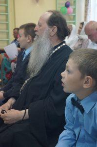 - Olemme katkerasti surren ottaneet vastaan tiedon, että Valamon luostarin Käkisalmen podvorin kirkkoherra ja ortodoksisen koulumme johtaja igumeni Fotij siirrettäisiin toiseen palveluspaikkaan. Rukoilemme ja pyydämme teitä olemaan tekemättä tällaista ratkaisua. Älkää riistäkö lapsiltamme, joista osa on orpoja, henkistä isää ja kaitsijaa, koulun opettajat vetoavat Venäjän ortodoksisen kirkon johtoon. Tämä valokuva on otettu tänä keväänä podvorin koulun kevätjuhlassa.