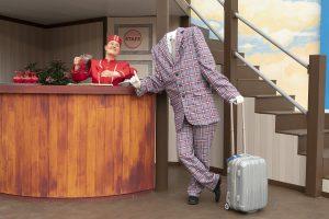 Näkymätön mies on mainio ilmestys Panu Raipian käsikirjoittamassa ja ohjaamassa uutuusmusikaalissa Hotelli Satuhahmo. (Kuva: Harri Hinkka)