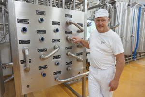 Juustomestari Peter Dörig on kiinnostunut kaikesta tekniikasta, joka liittyy artesaanijuustojen valmistamiseen. Dörigin mukaan juustojen valmistaminen on taidetta. (Kuva: Matti Pulkkinen)