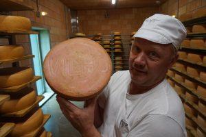 Herkkujuustolan tuotteet ovat saaneet nimensä sen torpan entisten asukkaiden mukaan, jossa juustomestari Peter Dörig aloitti taannoin toimintansa. Juustokiekkoa harjataan kypsytysvaiheessa. (Kuva: Matti Pulkkinen)