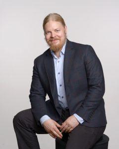 Ympäristöministeriön yli-insinööri Timo Lahti ihmettelee sitä, 2020-luvulla yhdellekään auton ostajalle ei tulisi mieleenkään hankkia autoa, jossa ei ole jäähdytysjärjestelmää. - Mutta, miksi ihmiset hankkivat edelleen asuntoja, joissa jäähdyttäminen ei vastaa tulevaisuuden tarpeisiin, hän perää. (Kuva: Ympäristöministeriö)