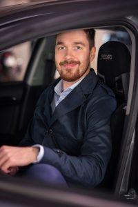 Diplomi-insinööri Markus Markkanen on työssään näköalapaikalla autojen kehityskulkuun. Hän korostaa, että turvallisuusasiat paranevat huimasti koko ajan. Lisäksi autojen viihdepalvelut ovat voimakkaan kehityksen polulla.