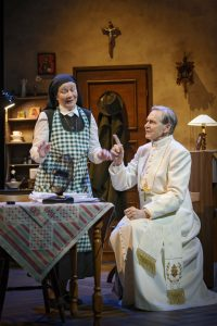 Ulla Koivurannan rooli sisar Birgittana on hyvä mauste kolmetuntisessa näytelmässä. Kohtaus kuvaa paavin inhimillisyyttä. (Kuva: Otto-Ville Väätäinen)