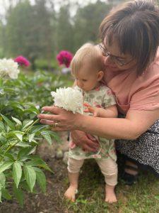 Liisa Välilän mukaan vauvan päivä on tärkeä muistutus lapsiperheiden arjesta Suomessa. Isossa kuvassa yhteiskuntamme on vauva- ja lapsiystävällinen, mutta korjattavaakin on. Konkretiana parisuhde- ja perheasioiden asiantuntija tarjoaa idee, että jokaisella lapsiperheellä olisi nimetty tukiperhe. (Kuva: Juha Välilä)