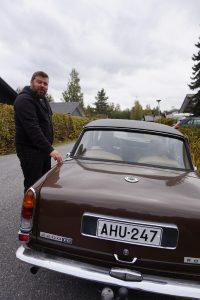 Ville Koskenniemi toimii Pirkanmaalla museoajoneuvotarkastajana. Hän on vanhojen autojen maailmassa konkari, sillä hänen kiinnostuksensa autoihin virisi jo sylilapsena. Museoajoneuvotarkastajan omassa pihassa on useita autoja työn alla. (Kuva: Matti Pulkkinen)